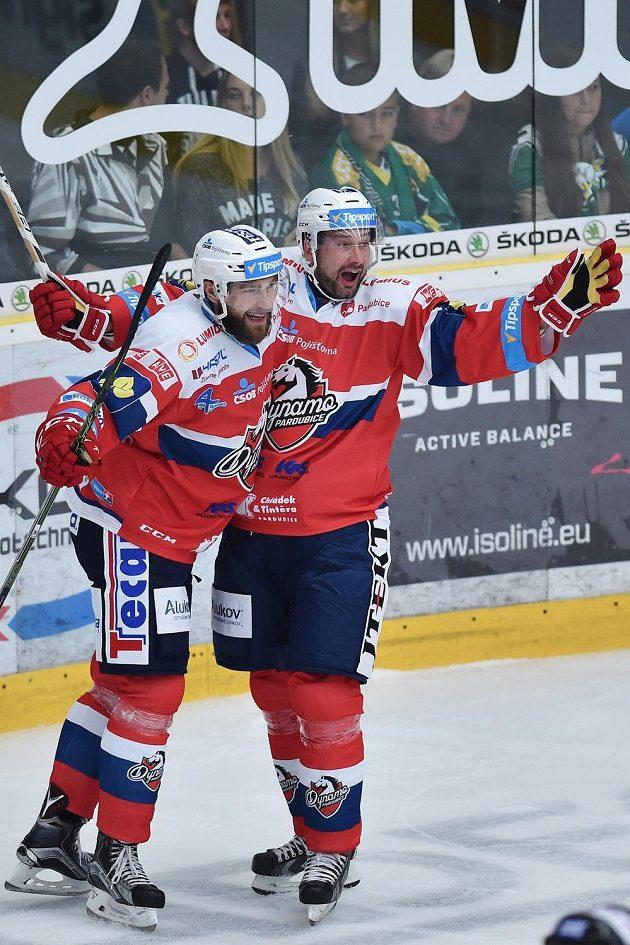 Autor vedoucího gólu Pardubic Tomáš Marcinko (vlevo) a Tomáš Divíšek se radují na ledě Mladé Boleslavi.