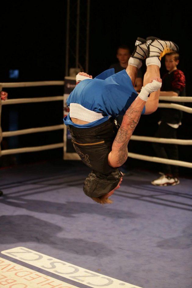 Oslavné salto českého boxera Zdeňka Chládka.