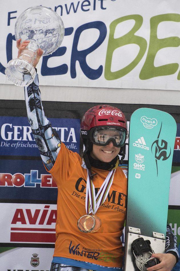 Ester Ledecká s trofejí, může začít slavit.