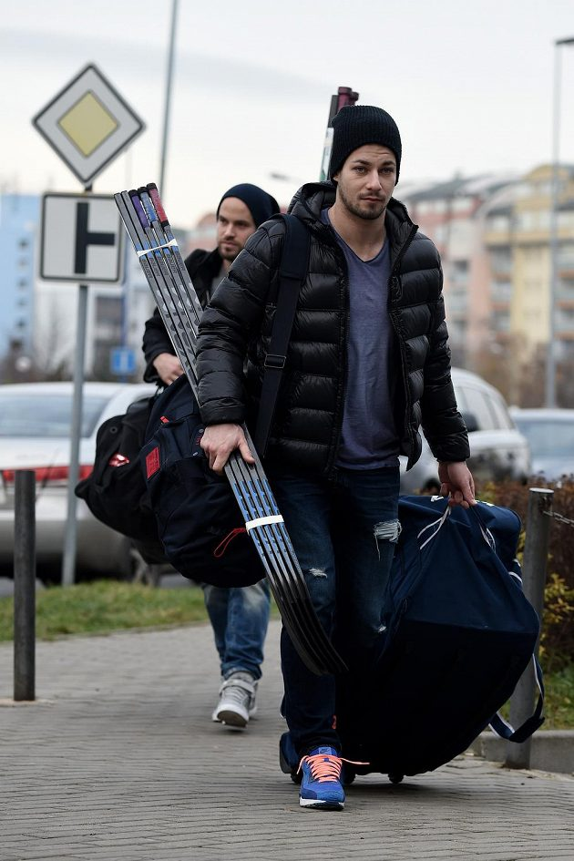 Hokejista Jakub Valský si nese hokejovou výzbroj na reprezentační sraz v pražských Letňanech.