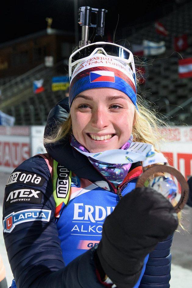 Markéta Davidová s bronzovou medailí po sprintu žen v Novém Městě na Moravě.