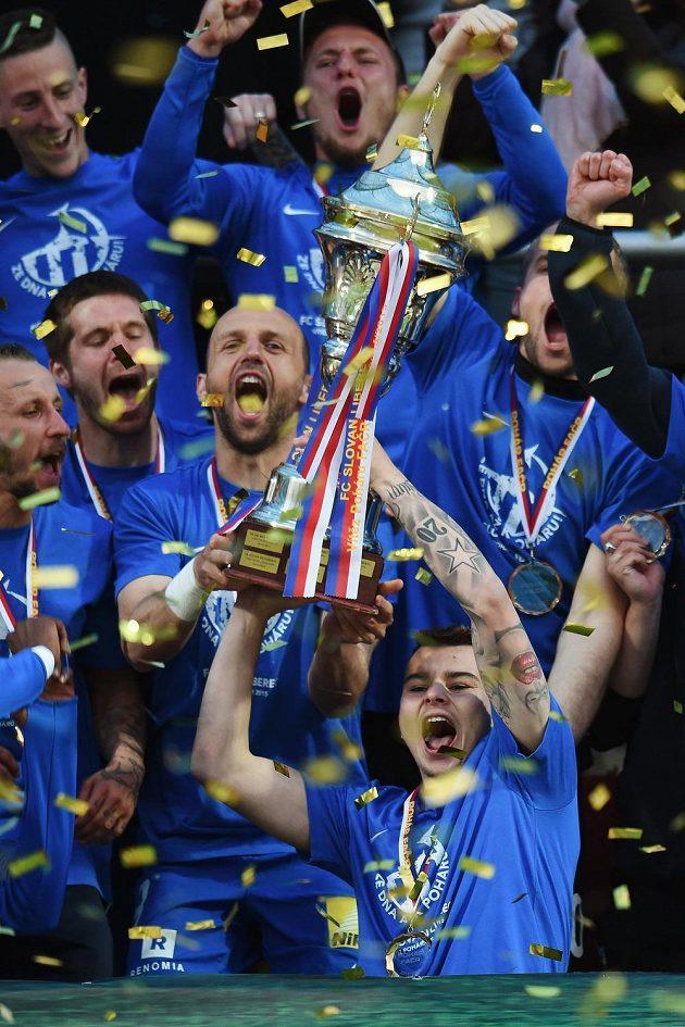 Hráči Liberce s trofejí pro vítěze Poháru FAČR.
