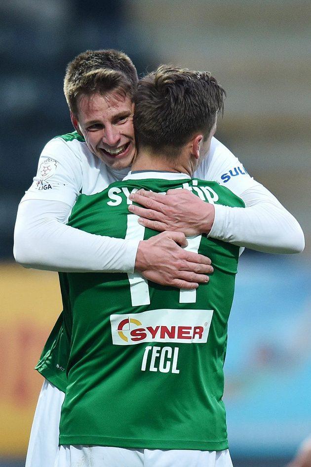 Jablonecký záložník Lukáš Masopust (vlevo) a útočník Stanislav Tecl se radují z třetího gólu proti Brnu.