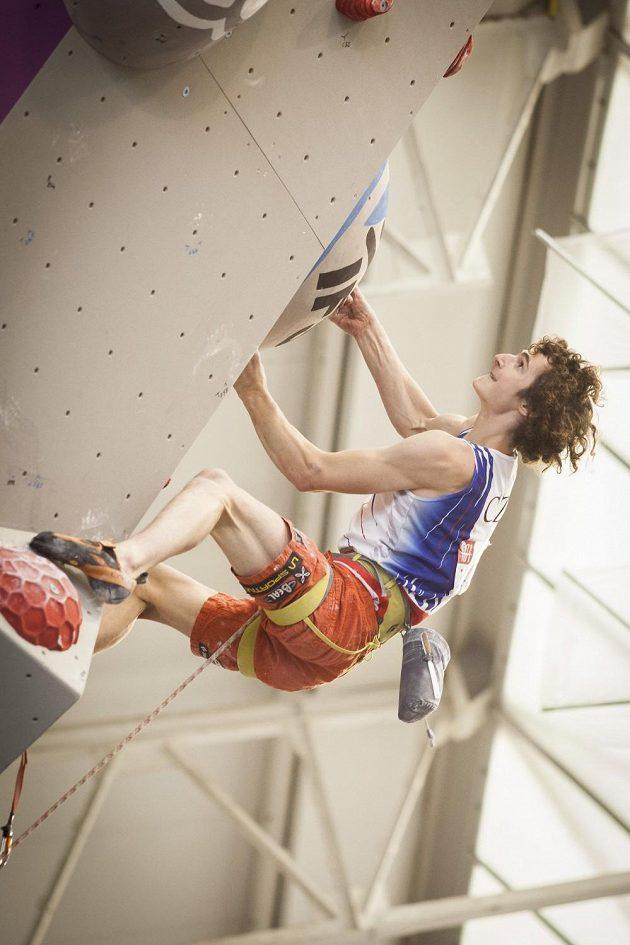 Adam Ondra v semifinálové cestě na MS v lezení na obtížnost ve španělském Gijónu.