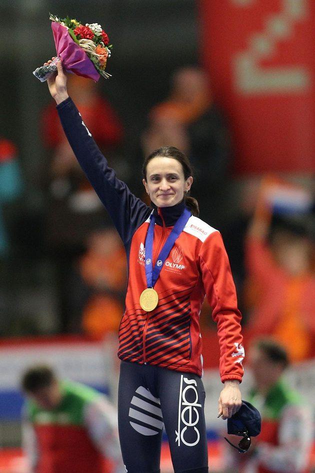 Martina Sáblíková se zlatou medailí ze závodu na 3000 mtrů při mistrovství světa v Inzellu.