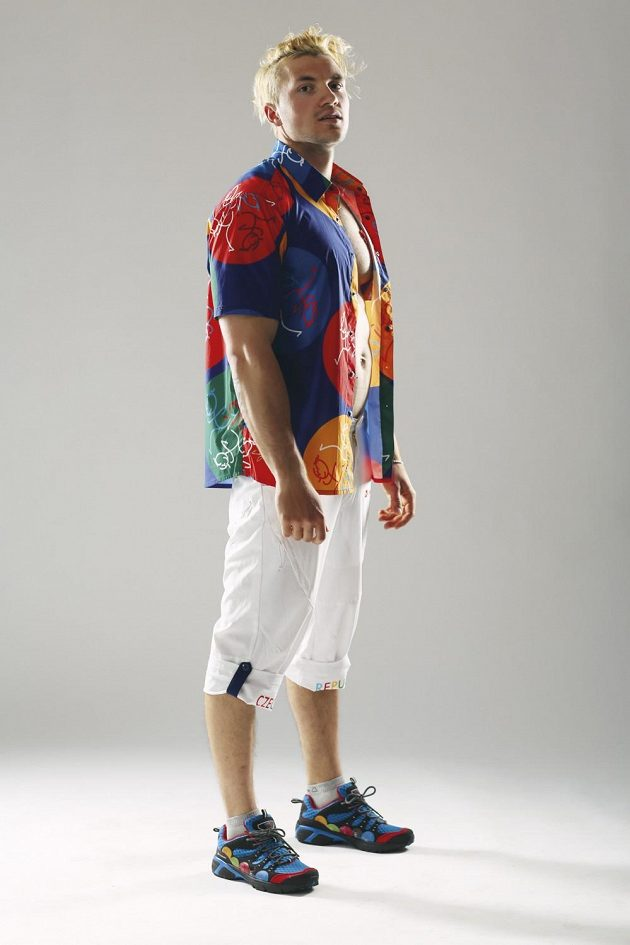 Kanoista Martin Fuksa v oblečení české výpravy pro olympiádu v Riu. Barevná košile evokuje atmosféru slavného festivalu samby.