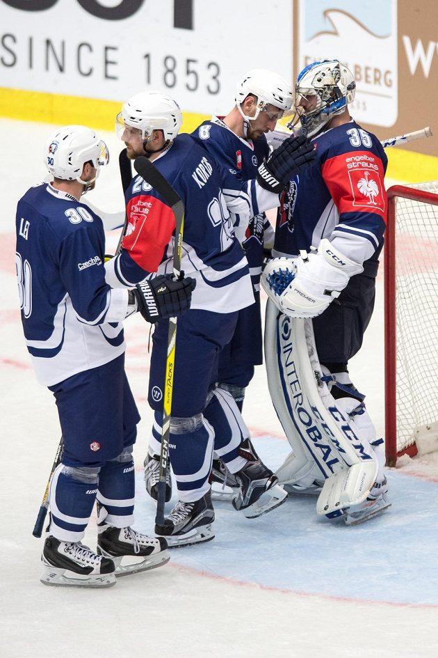 Hokejisté Plzně (zleva) Jakub Lev, Jakub Koreis, Branislav Kubka a brankář Matěj Machovský slaví vítězství nad Stavangerem.