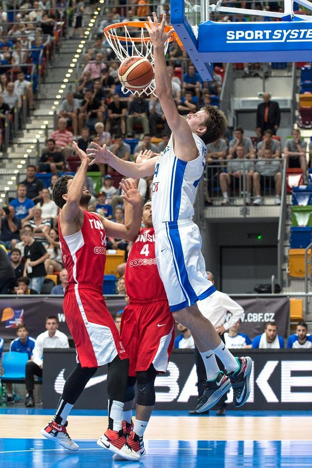 Český basketbalista Jan Veselý smečuje v utkání s Tuniskem.