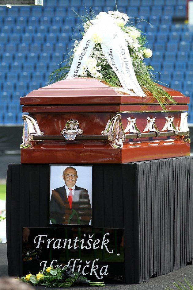 Rakev s ostatky ředitele teplického fotbalového klubu Františkem Hrdličkou, který v sobotu náhle zemřel.