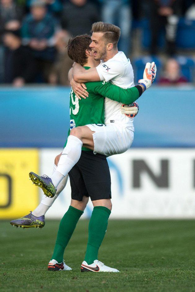 Fotbalisté Slovácka Milan Heča (vlevo) a Stanislav Hofmann jásají po vítězství nad Spartou.