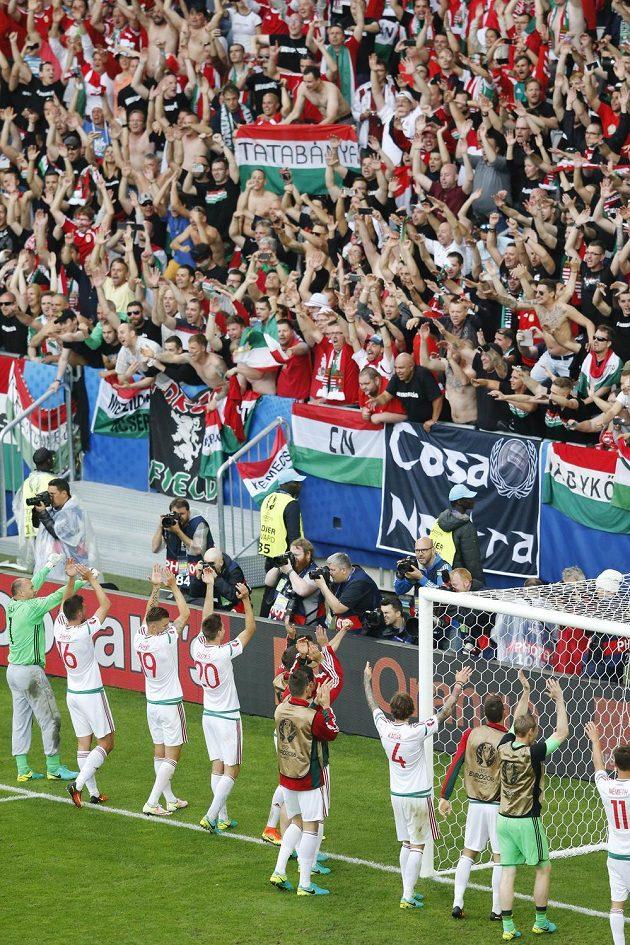 Maďarští fotbalisté si vychutnávají aplaus od fanoušků po vítězství nad Rakouskem.