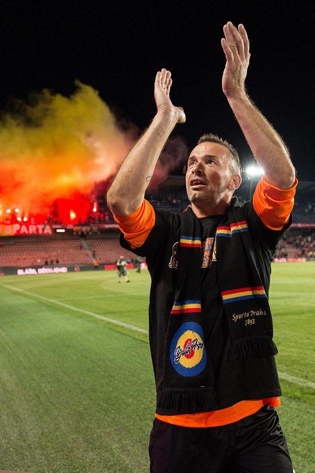 Jaromír Blažek po konci rozlučkového zápasu děkuje fanouškům.