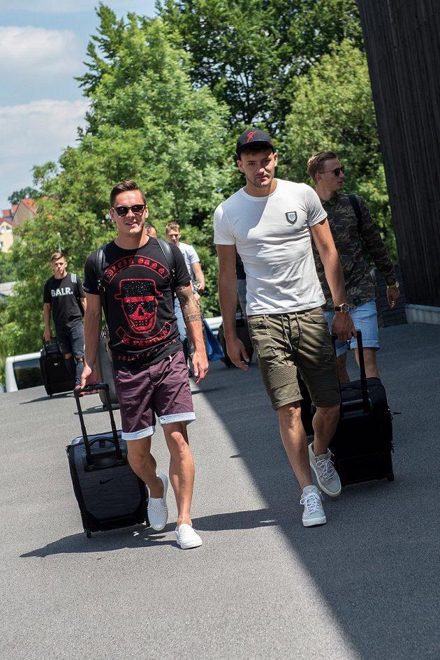 Daniel Holzer (vlevo) a Patrizio Stronati přicházejí na sraz reprezentace do 21 let před nadcházejícím ME v Polsku.