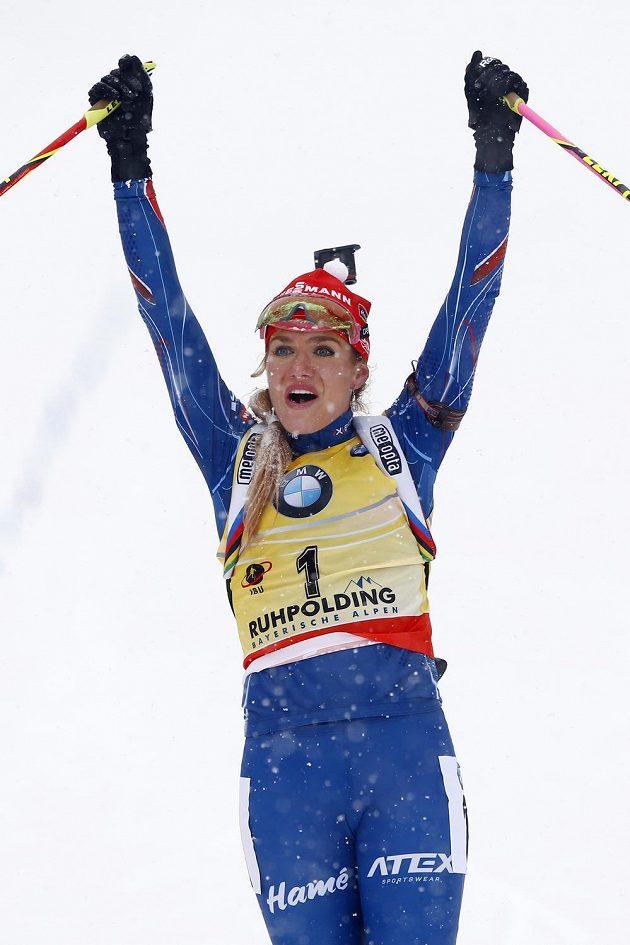 Gabriela Soukalová se raduje z vítězství v Ruhpoldingu.