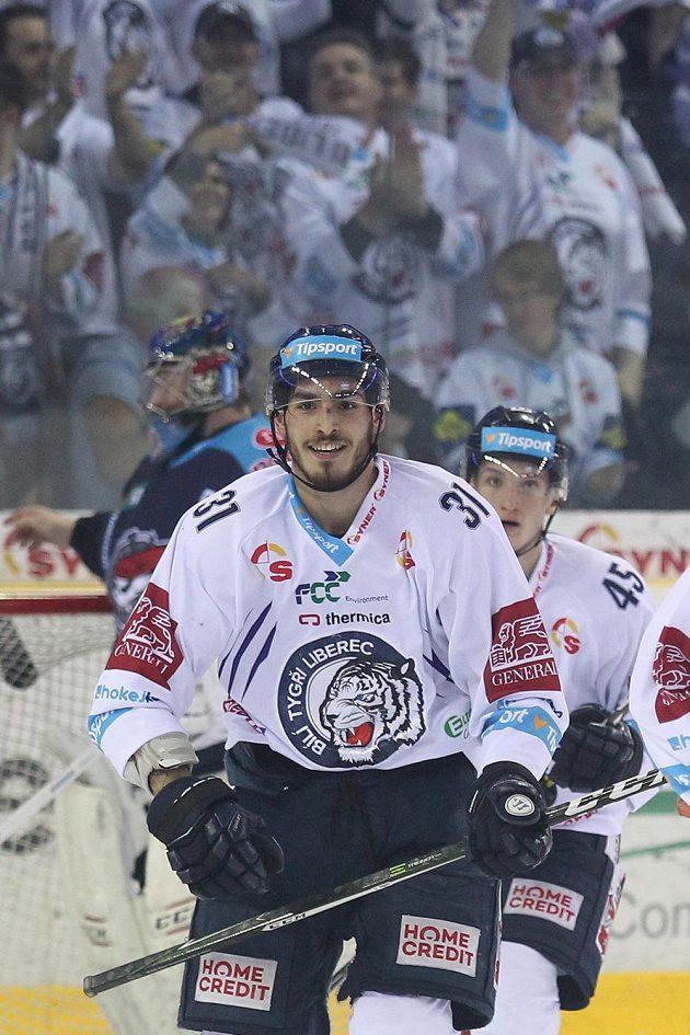 Dominik Lakatoš z Liberce se raduje z gólu proti Chomutovu.