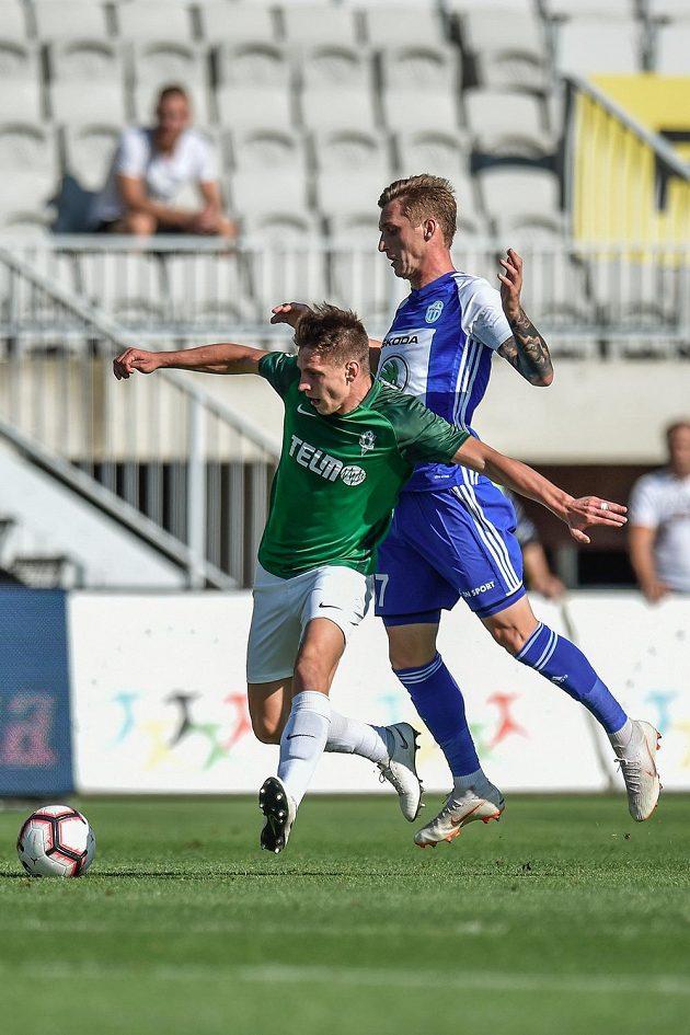 Zleva Lukáš Masopust z Jablonce a Matěj Chaluš z Boleslavi v utkání 8. kola fotbalové ligy.