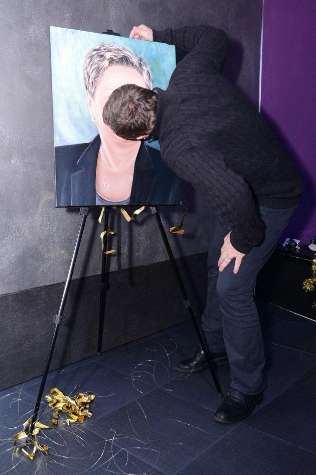Pavel Vrba líbá obraz své manželky.
