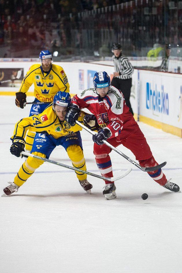 Útočník Roman Červenka a švédský obránce Eric Martinsson v souboji během utkání Euro Hockey Tour ve Znojmě.