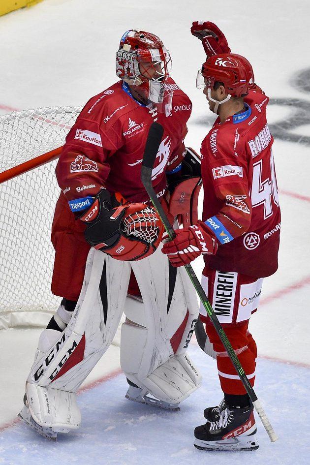 Brankář Marek Mazanec (vlevo) a Miloš Roman z Třince se radují z vítězství.