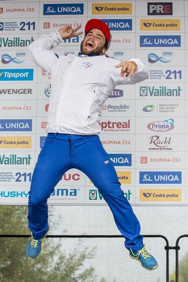 Vodní slalomář Vavřinec Hradilek oslavuje třetí místo po finále K1 muži během Světového poháru ve vodním slalomu na kanále v pražské Tróji.