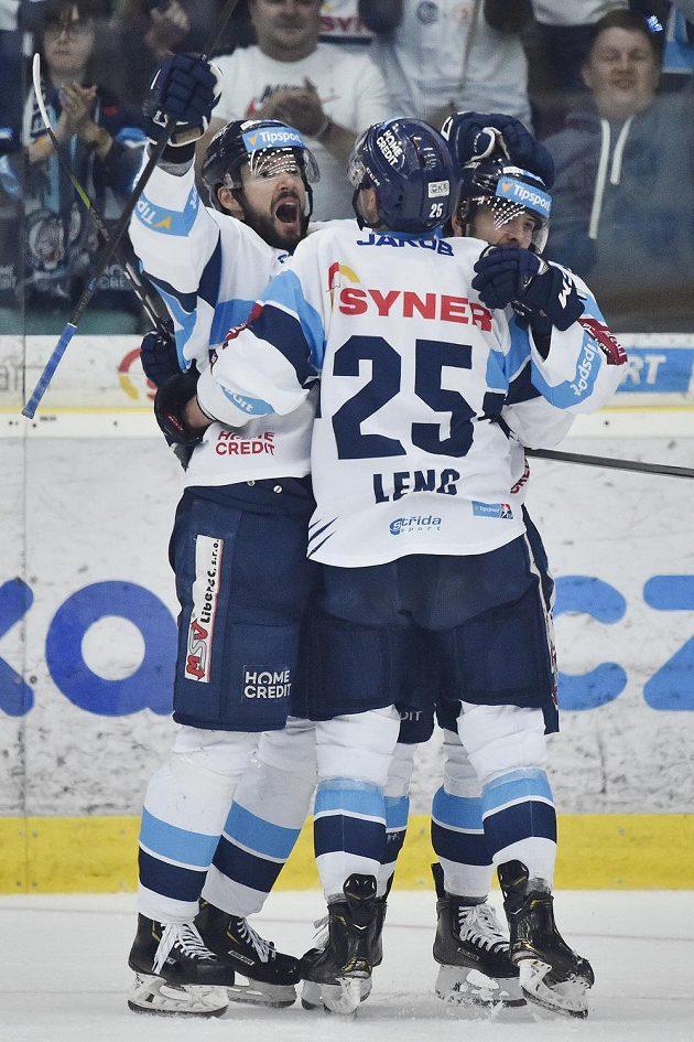 Zleva Michal Birner, Radan Lenc a Libor Hudáček z Liberce se radují z druhého gólu.