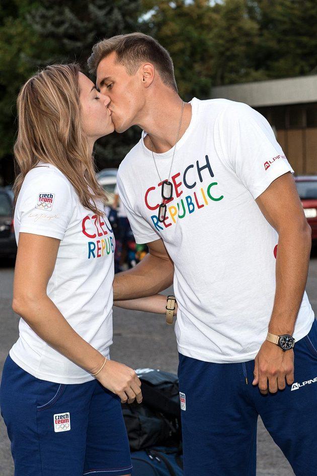 Atletický pár Denisa Rosolová a Adam Sebastian Helcelet během odletu třetí části olympijské výpravy na LOH do Ria.