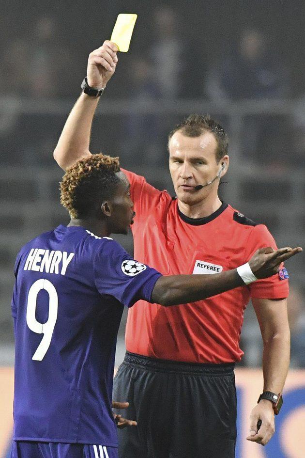 Český rozhodčí Pavel Královec tasil žlutou kartu v utkání Ligy mistrů mezi Anderlechtem a PSG. Potrestán byl Henry Onyekuru z belgického celku