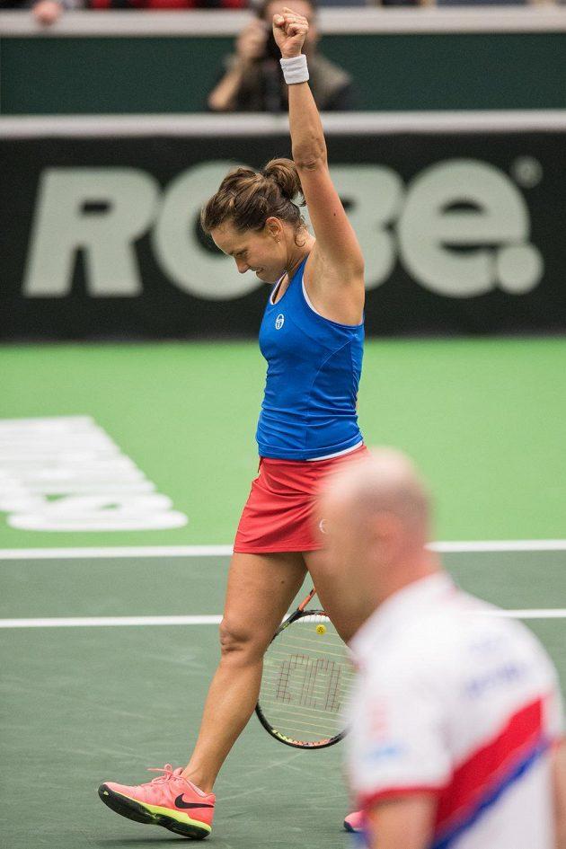 Vítězné gesto Barbory Strýcové po výhře nad Larou Arruaberrenovou ze Španělska v 1. kole Fed Cupu.