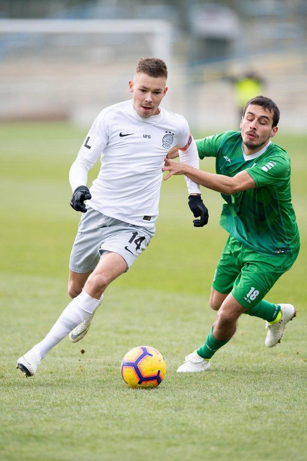 Dominik Plechatý ze Sparty Praha a Maione Carlo z Vltavínu během přípravného utkání v tréninkovém centru na Strahově.
