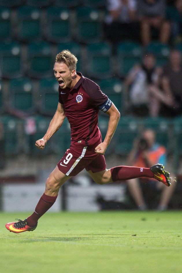 Kapitán Sparty Bořek Dočkal oslavuje svůj gól na 2:0 v Ďolíčku.