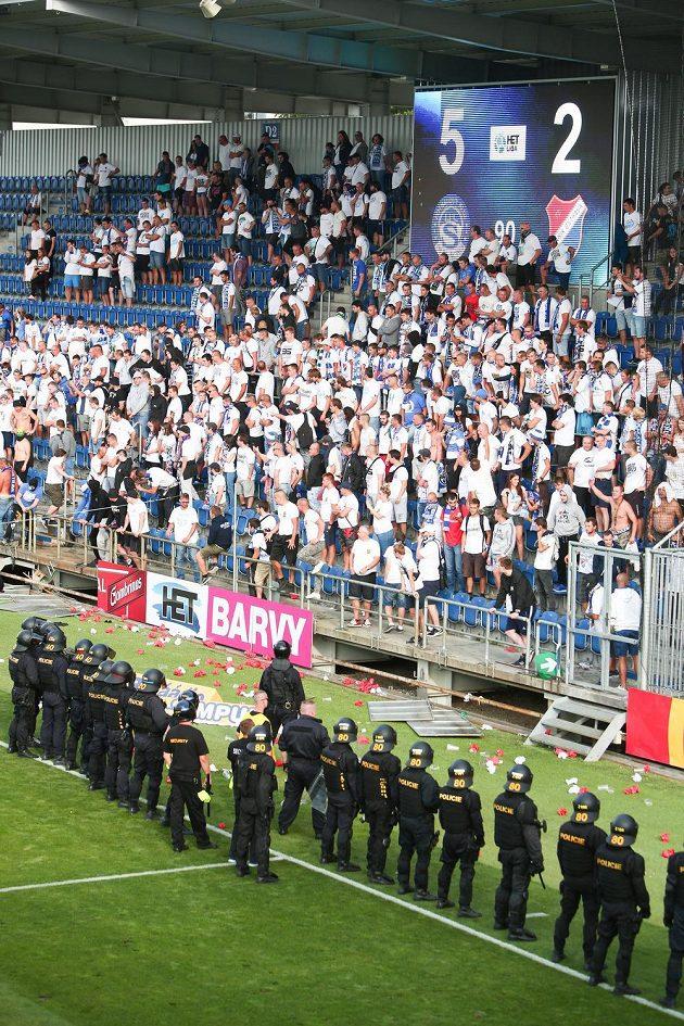Policie zasahuje proti fanouškům Baníku po skončení zápasu na Slovácku.