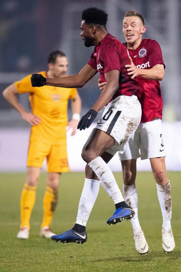 Fotbalisté Sparty Benjamin Tetteh a Dominik Plechatý oslavují gól na 3:2 během utkání na Dukle.