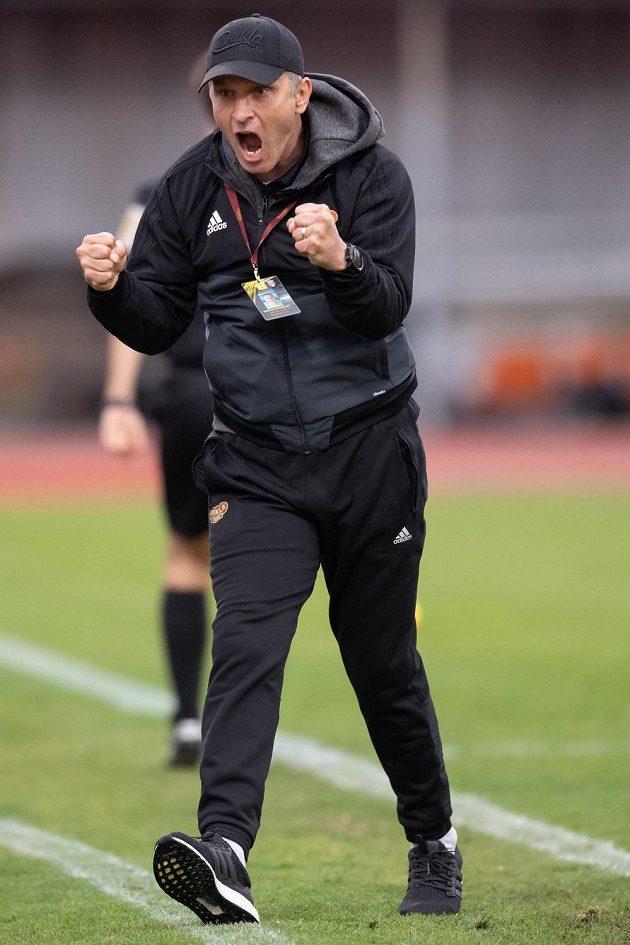 Trenér Dukly Praha Roman Skuhravý oslavuje gól na 1:0 během utkání nadstavby ve skupině o záchranu v rámci Fortuna ligy.