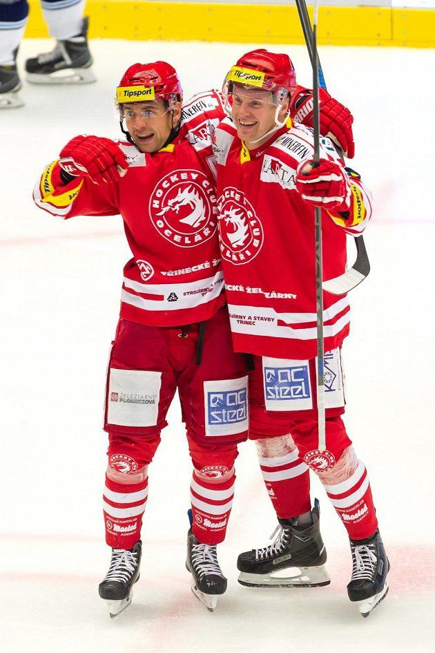 Třinečtí útočníci Jiří Polanský (vlevo) a Martin Adamský se radují z gólu v duelu s Vítkovicemi.