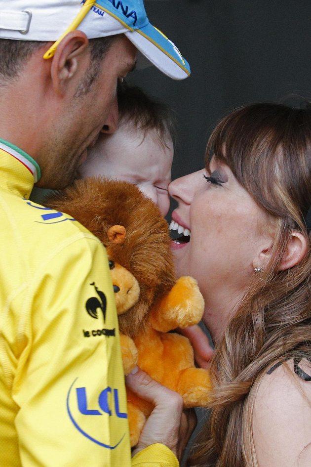 Rodinná radost. Vicenzo Nibali se raduje z dcerkou Emmou a manželkou Rachele z vítězství v Tour de France 2014.