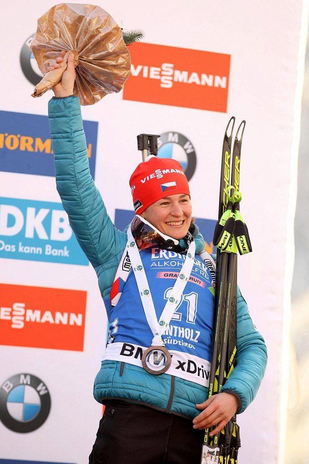 Veronika Vítková pózuje s bronzovou medailí.