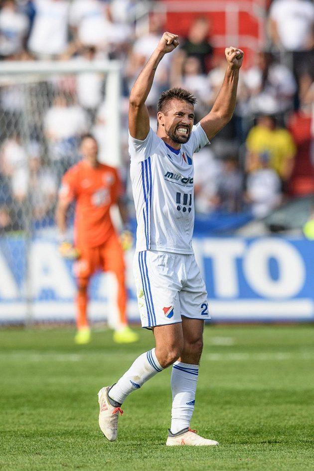 Milan Baroš z Baníku oslavuje vítězný gól na 3:2 během utkání se Spartou.