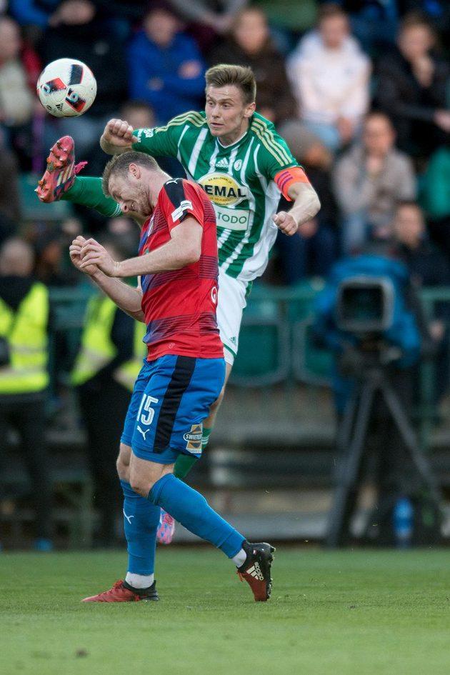 Plzeňský útočník Michael Krmenčík v hlavičkovém souboji s obráncem Bohemians Danielem Krchem.