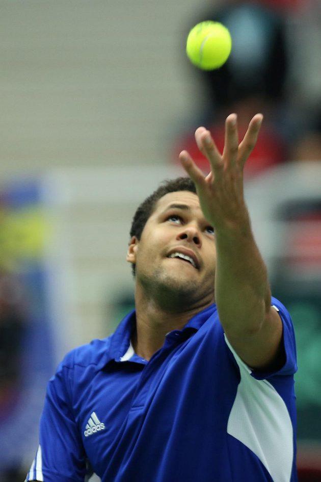 Francouzský tenista Jo-Wilfried Tsonga podává v zápase s Jiřím Veselým.