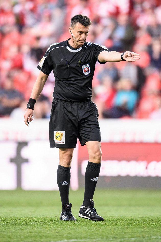 Penalta! Rozhodčí Pavel Franěk během utkání Slavia - Plzeň.