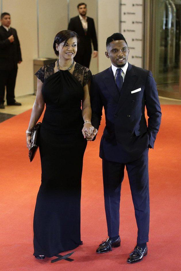 Bývalá hvězda Barcelony Samuel Eto'o se svou ženou Georgettou přišli gratulovat fotbalovému králi Messimu na jeho svatbu.