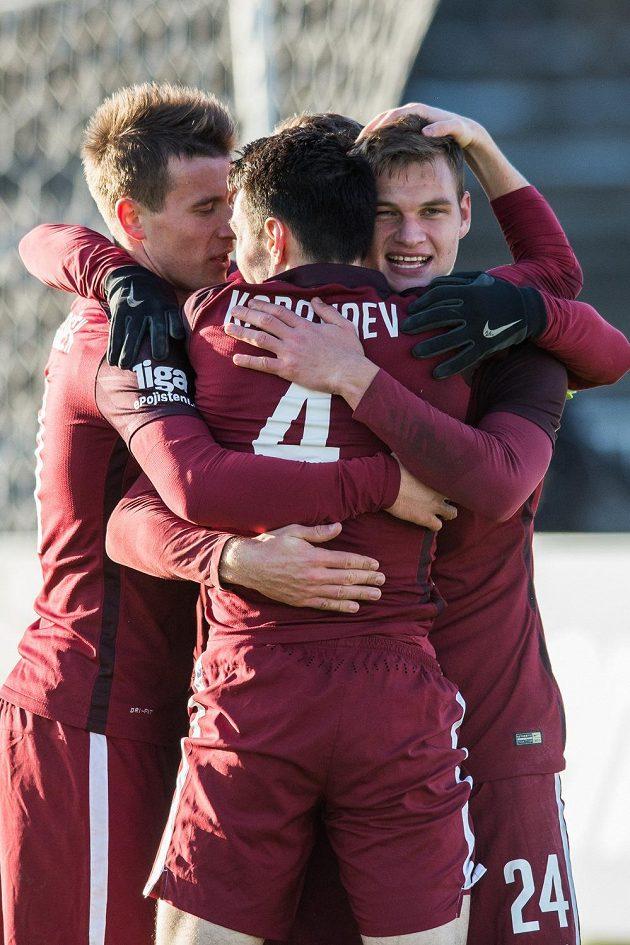 Fotbalisté Sparty Praha Lukáš Mareček, Matěj Pulkrab a Vjačeslav Karavajev oslavují gól na 2:0 v Hradci Králové.