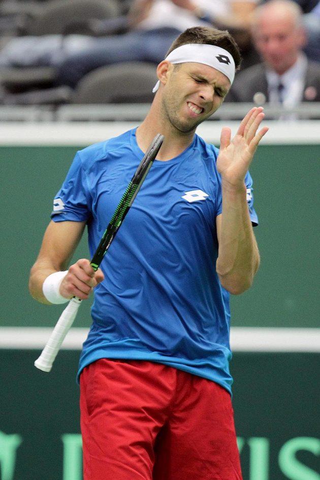 Český tenista Jiří Veselý prohrál ve čtvrtfinále Davisova poháru s Francouzem Lucasem Pouillem ve třech setech.