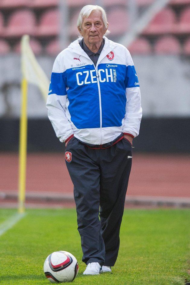 Trenérský doyen Karel Brückner dohlíží na přípravu českých fotbalistů.