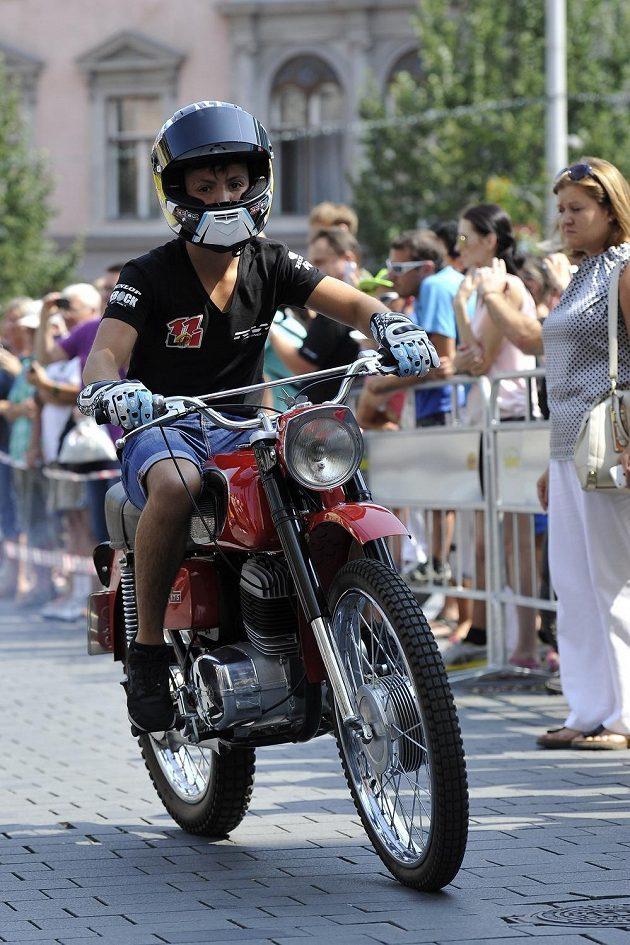 Německý závodník Stefan Bradl na vzpomínkové akci v centru Brna.