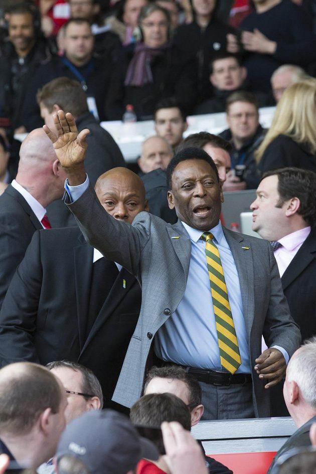 Slavný Brazilec Pelé zdraví diváky na liverpoolském Anfieldu.