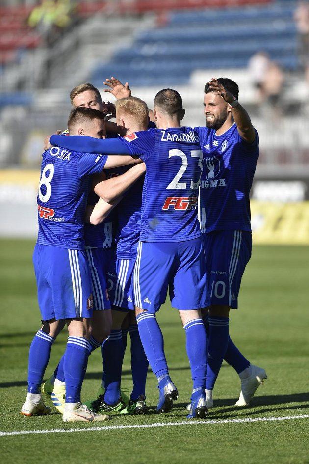 Fotbalisté Sigmy Olomouc se radují z gólu.