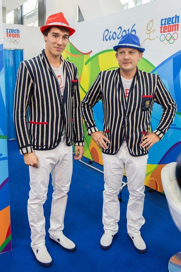 Pětibojař Jan Kuf (vlevo) a Martin Doktor během přebírání a zkoušení kolekce pro olympiádu v Riu.