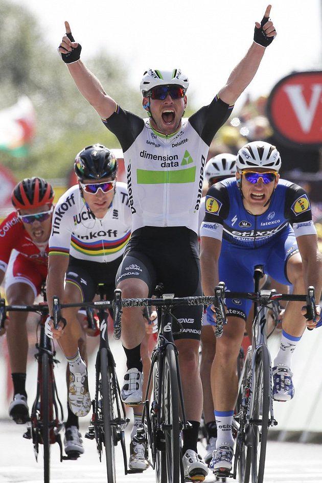 Mark Cavendish slaví vítězství v první etapě Tour de France.