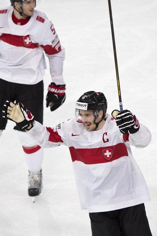 Raphael Diaz ze Švýcarska se raduje z gólu proti Česku.